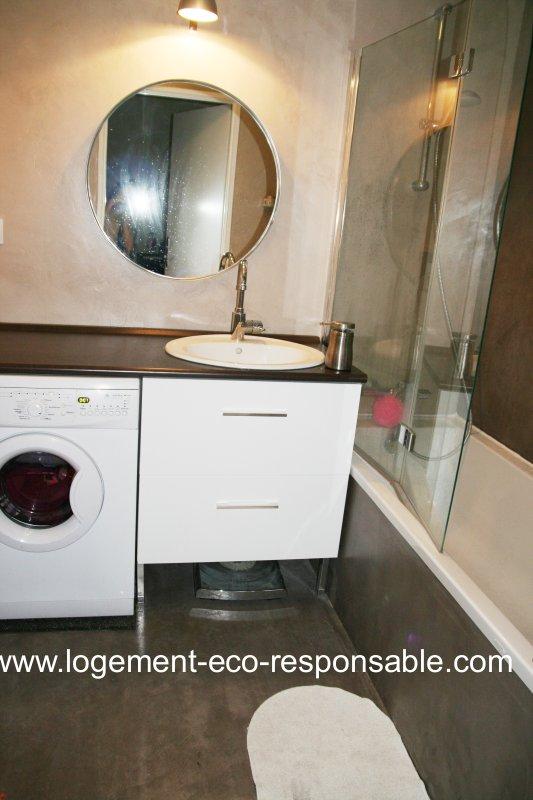 un lave linge dans la salle de bain