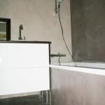 Une petite salle de bain en béton ciré