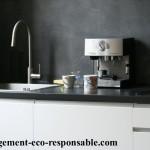 photo d'une cuisine rénovée avec une crédence en béton ciré